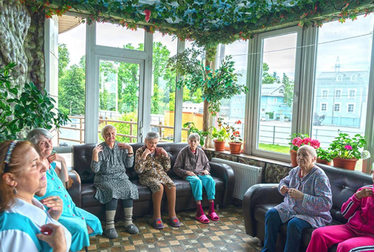 поздравили в доме престарелых с днем пожилых